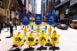 組圖1:近萬法輪功學員紐約盛大遊行