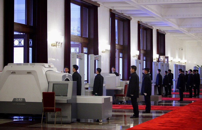 中土的竊國者們,又有了新的通行證和保護傘。最新的商業秘密規定使權貴集團與民眾爭利的行動,更加直截了當,既得利益者的利益被放在國家安全的保護傘之下。圖為今年三月北京人民大會堂內的安全人員在值班。(Getty Images)