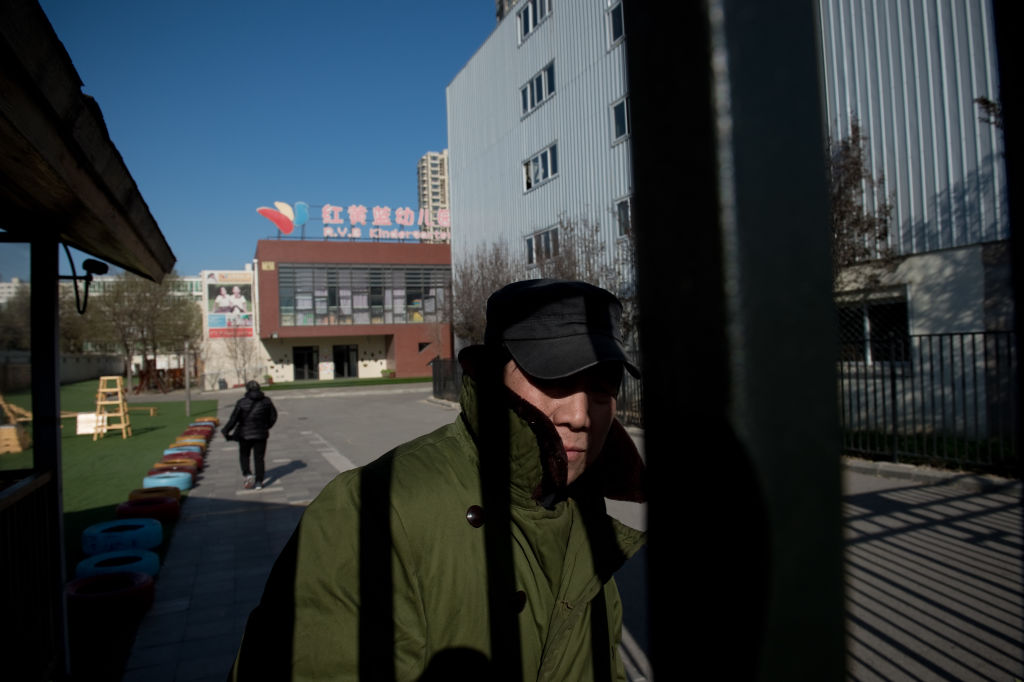 除了金色搖籃幼兒園之外,北京紅黃藍幼兒園、上海長寧區攜程親子園均曝出過虐童和猥褻兒童案。圖為北京朝陽區管莊紅黃藍幼兒園(新天地分園)。(AFP/Getty Images)
