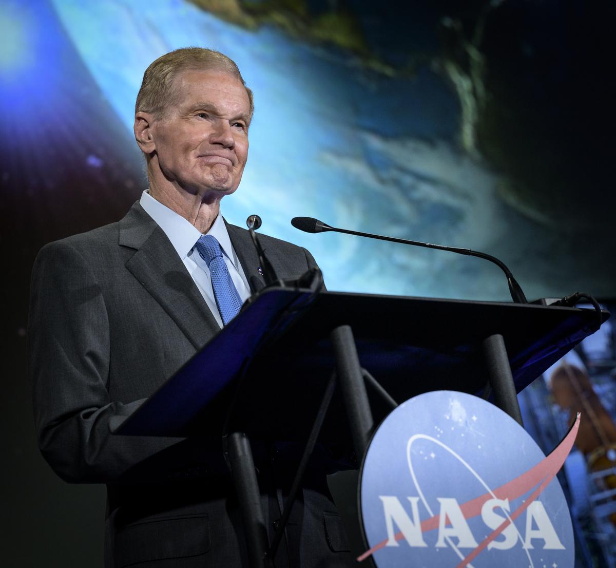 2021年6月2日(華盛頓特區),美國太空總署(NASA)局長納爾遜(Bill Nelson)於NASA總部——瑪麗W傑克遜大樓(Mary W. Jackson Building)舉行的首次NASA狀況活動中與該機構的工作人員交談。(Bill Ingalls/NASA via Getty Images)