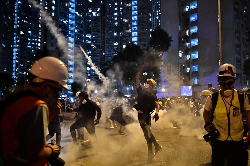 2019年8月5日,香港黃大仙區,民眾抵抗警方發射的催淚彈。(ANTHONY WALLACE/AFP/Getty Images)