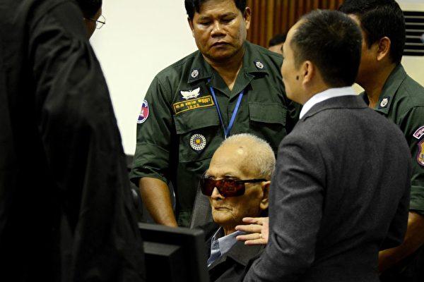 92歲的農謝(Nuon Chea)是紅色高棉政權領袖波爾布特(Pol Pot)的副手,他被判種族滅絕罪。(NHET SOK HENG / Extraordinary Chambers in the Courts of Cambodia / AFP) (Photo credit should read NHET SOK HENG/AFP/Getty Images)