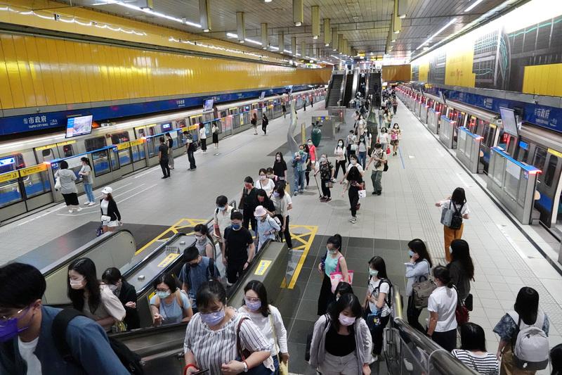 台灣疫情持續穩定,微解封後,7月19日上班通勤時間搭乘台北捷運的民眾增加許多,北捷運量逐漸回升。(中央社)