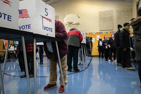 2020年11月3日,密歇根州選民在投票點投票。(John Moore/Getty Images)