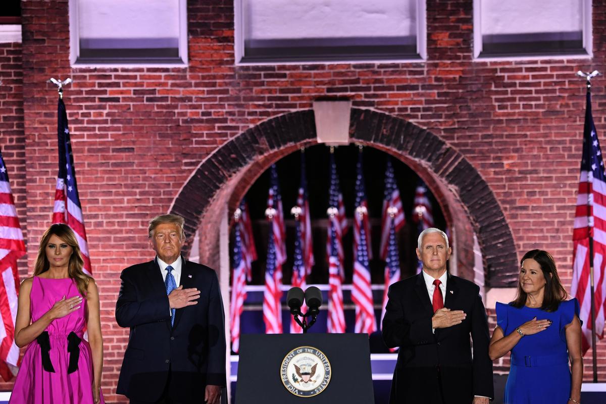 圖為美國總統特朗普及第一夫人、副總統彭斯及第二夫人出席2020年8月26日的共和黨全國大會,彭斯正式獲得2020年共和黨副總統提名。(SAUL LOEB/AFP)
