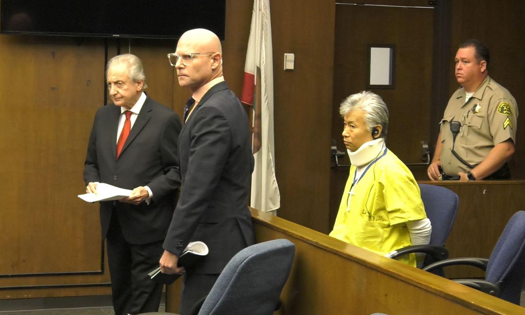 7月1日,陳忠啟頭戴護頸於阿罕布拉法庭過堂,其兩位律師馬克斯(Donald B. Marks,左)和凱文諾基(Darren T. Kavinoky)陪伴在旁。(華語電視SinoTV提供)
