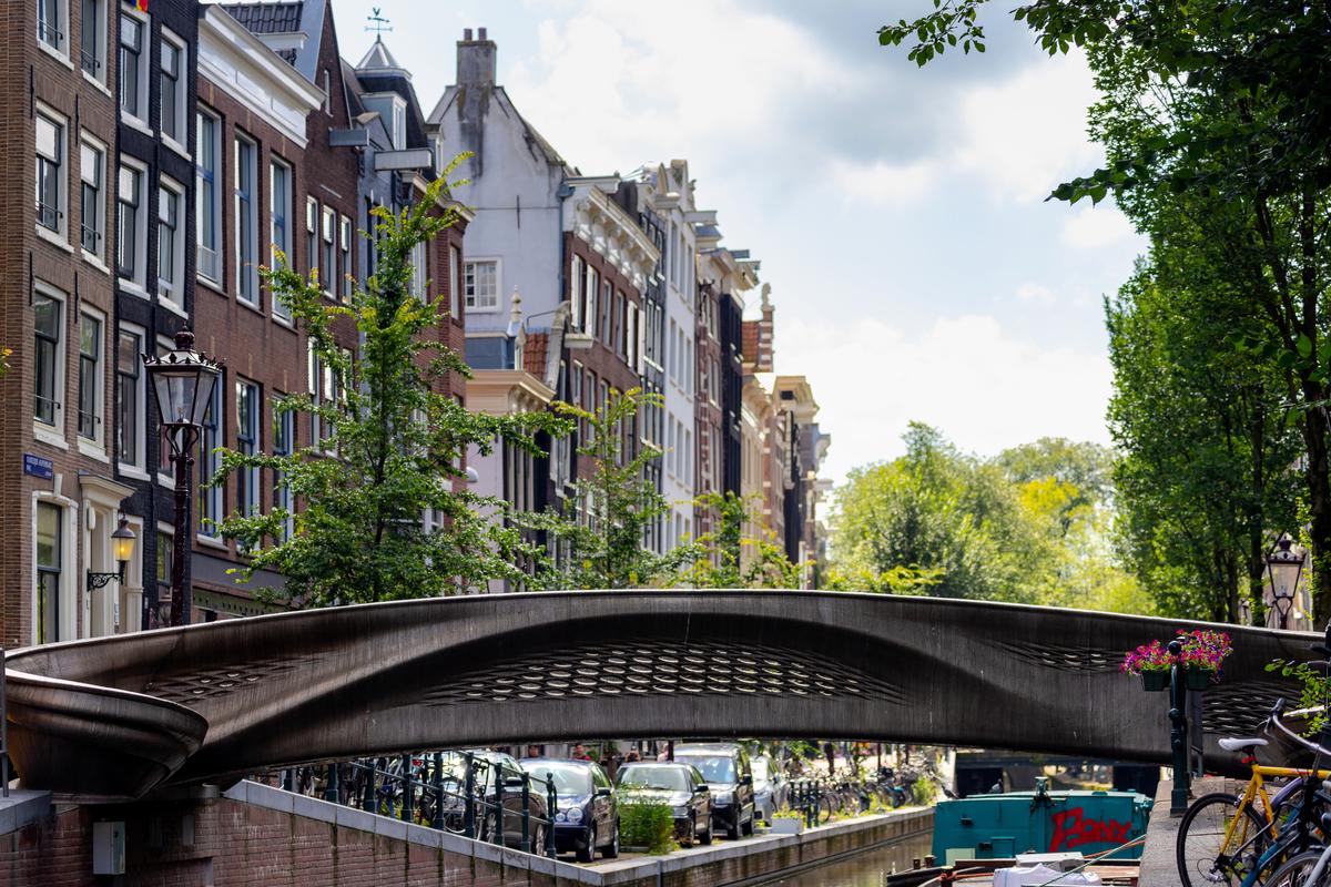 首座三維打印的鋼製橋樑橫跨在阿姆斯特丹市奧德濟茲‧阿赫特堡瓦爾運河上。(ShutterStock)