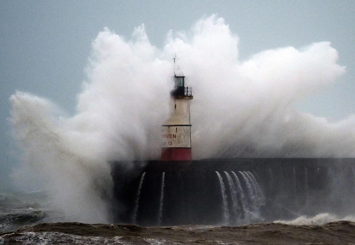 2020年2月9日,海浪衝擊著英格蘭南海岸的紐黑文燈塔(Newhaven Lighthouse),風暴席亞拉(Ciaara)席捲了整個英國。(Photo by GLYN KIRK / AFP)
