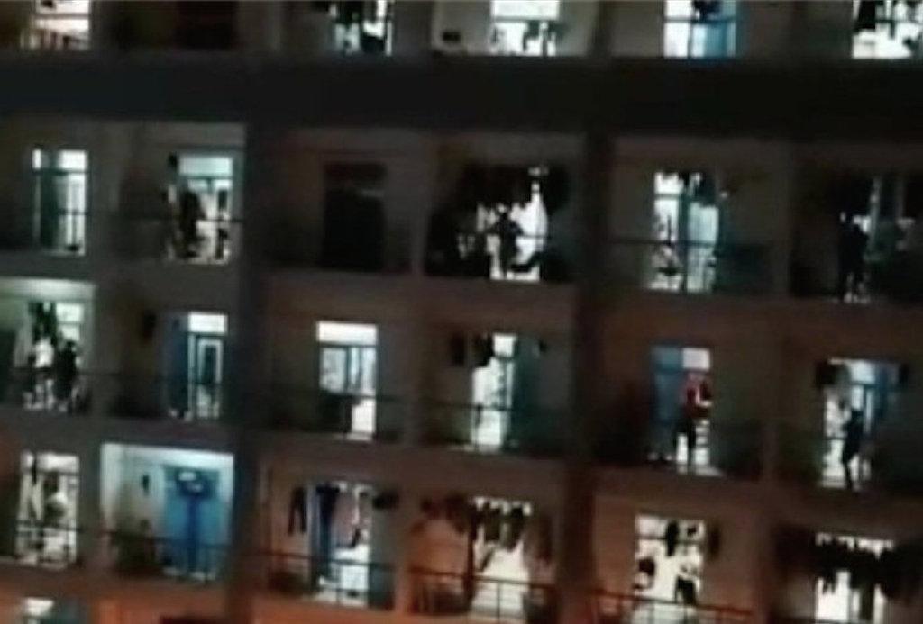 河南科技大學的學生發帖披露,好多兄弟姐妹出現中暑,高燒不退,昨天校醫院至少接了二三十個學生。」(影片截圖)