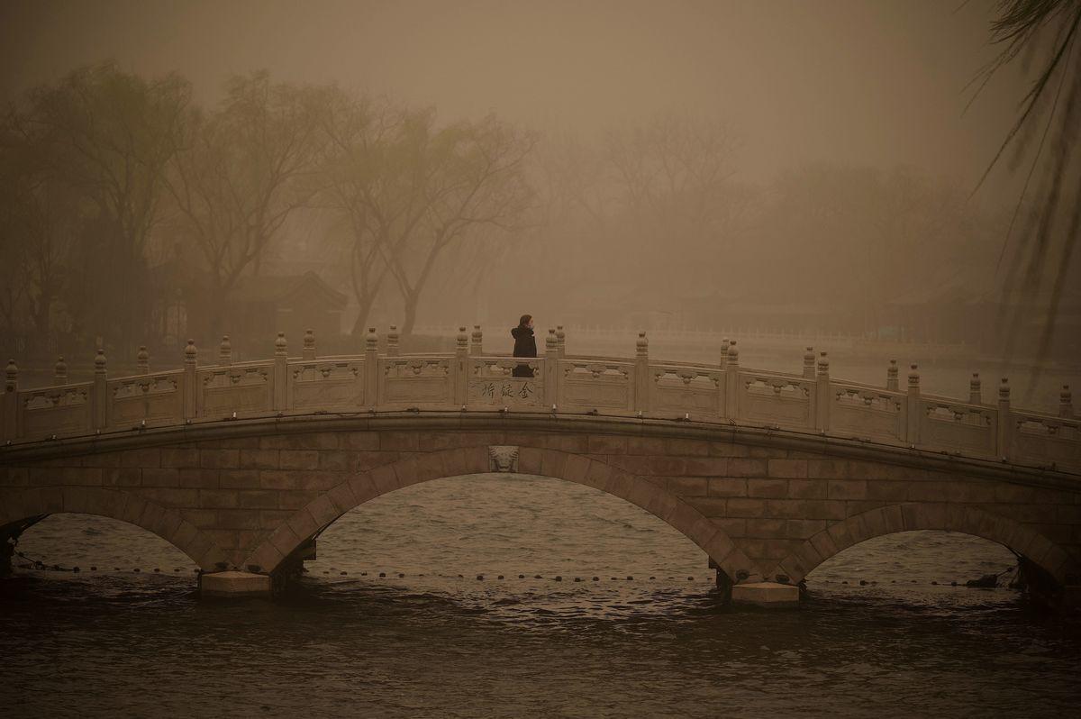 2021年3月15日,北京市出現沙塵暴,漫天黃沙、遮天蔽日。圖為3月15日北京後海的情況。(NOEL CELIS/AFP via Getty Images)