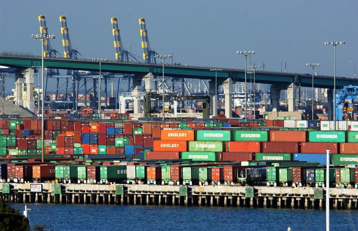 圖為美國西海岸加州長灘港口,數千個航運貨櫃被放置在碼頭邊。(David McNew/Getty Images)