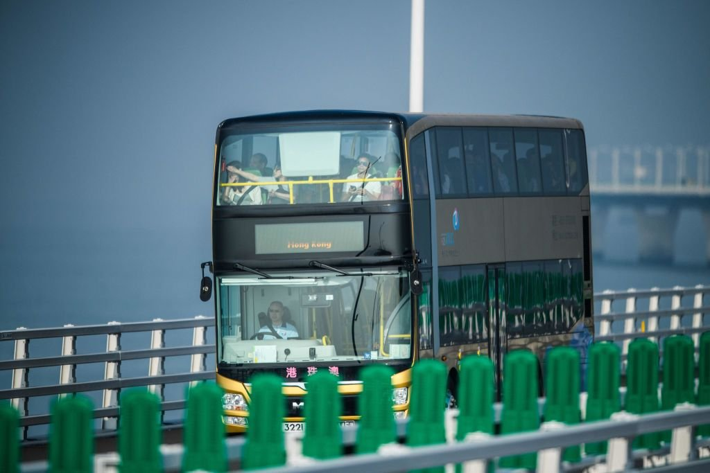港珠澳大橋的安檢之嚴密史上首見。圖為橋上運行巴士。(ANTHONY WALLACE/AFP via Getty Images)