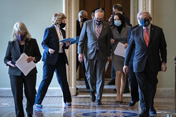 2月9日,美國參議院對前任總統特朗普進行彈劾審判。圖從左至右:參議員帕蒂·默里(D-WA),參議員黛比·斯塔比諾(D-MI),參議院多數黨領袖查克·舒默(D-NY),參議員瑪麗亞·坎特威爾(D-WA) 和前參議員羅伯特·梅嫩德斯(D-NJ),一早來到參議院。(Drew Angerer/Getty Images)