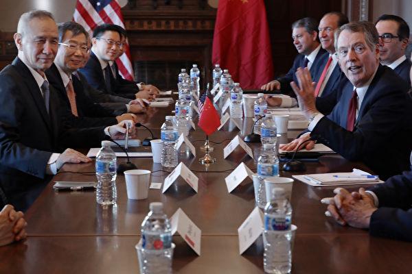 中美雙方經過18個月談判一致,於12月13日達成第一階段貿易協議。圖為1月31日中美貿易談判代表在華盛頓舉行磋商。(Chip Somodevilla/Getty Images)