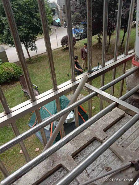 被北大街街道綜治辦僱用的黑惡勢力團夥在王彩霞家樓下搭起帳篷,非法限制其出行。(受訪者提供)