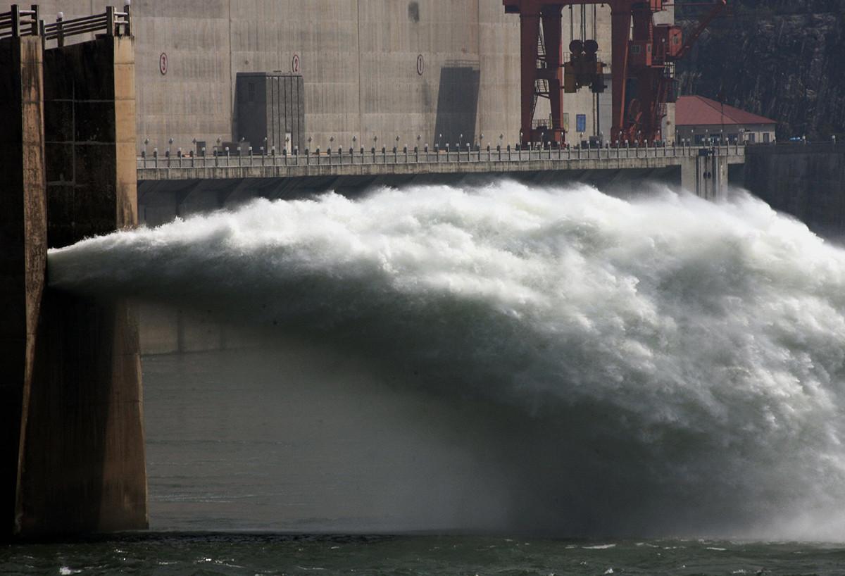 2006年5月17日,在宜昌即將建成的三峽大壩工程中,水從閥門中釋放出來。(Getty Images)