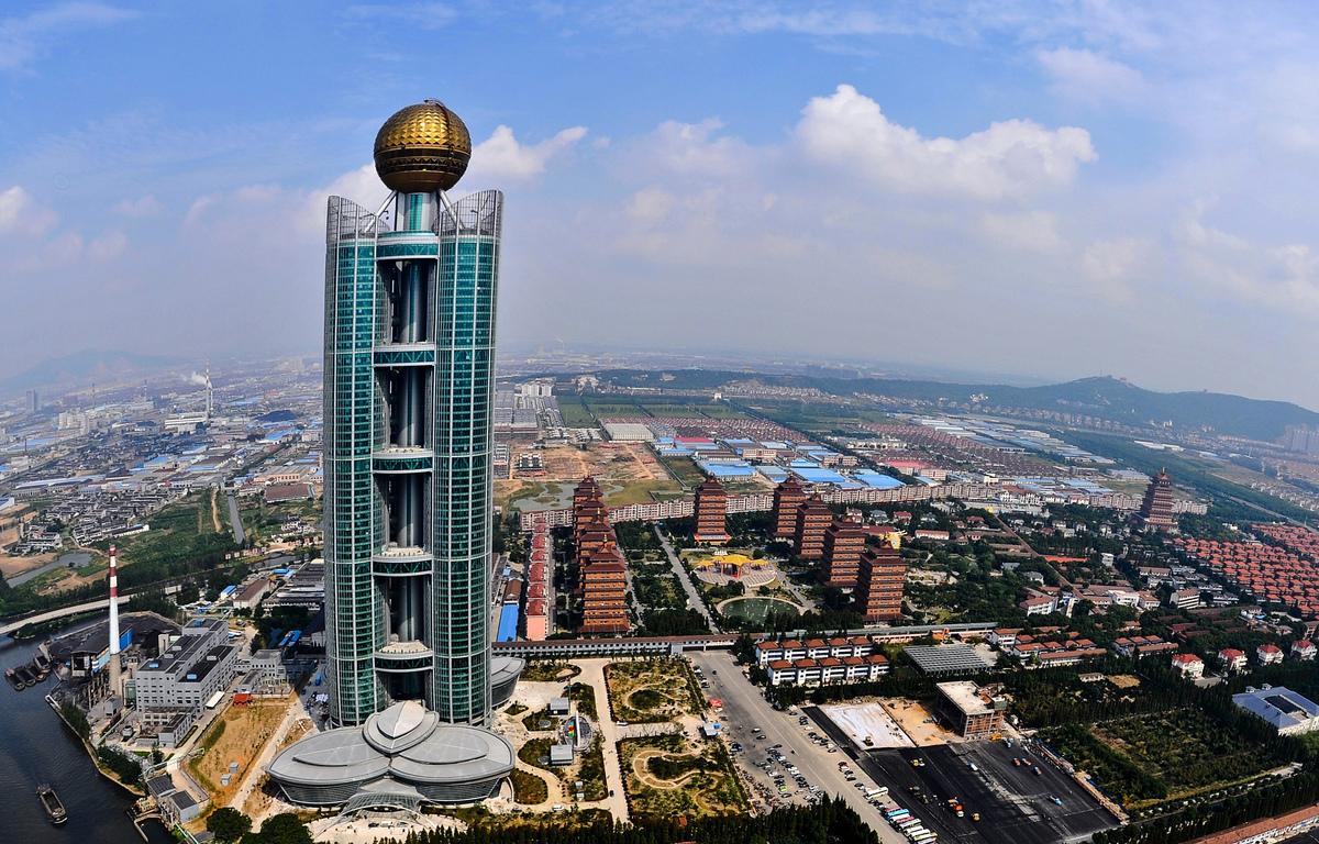 江蘇省華西村中央有一座300米高的高端酒店。(STR/AFP/Getty Images)