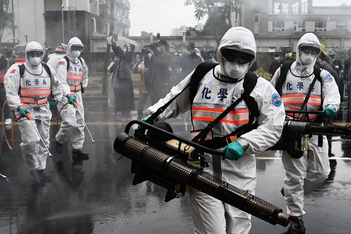 法國男子馮韋元稱讚台灣防疫表現為世界第一。圖為2020年3月14日,台灣化學兵部隊的士兵參加新北市政府舉辦的防疫演習。(SAM YEH/AFP via Getty Images)