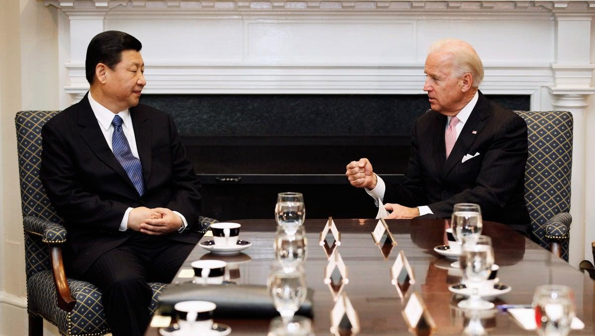 2012年2月14日,美國華盛頓特區,美國副總統喬・拜登(Joe Biden,右)、中共國家副主席習近平與其他美中官員在白宮羅斯福廳舉行擴大雙邊會議。(Chip Somodevilla/Getty Images)