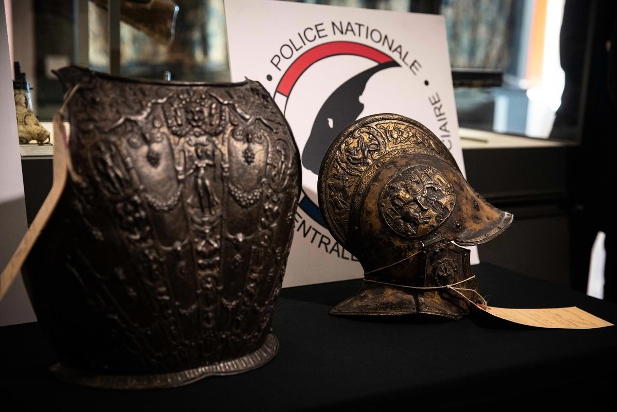 法國巴黎羅浮宮博物館2021年3月3日表示,羅浮宮「意外」找回了近40年前被盜走的一套鑲金嵌銀的文藝復興時期頭盔和鎧甲。(THOMAS SAMSON/AFP via Getty Images)