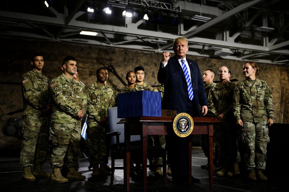 美國總統特朗普2018年8月13日與副總統彭斯首次訪問紐約的Fort Drum軍事基地,並接見了第10山區師的士兵,特朗普還在現場簽署了2019年的《國防授權法案》。(Brendan Smialowski/AFP)