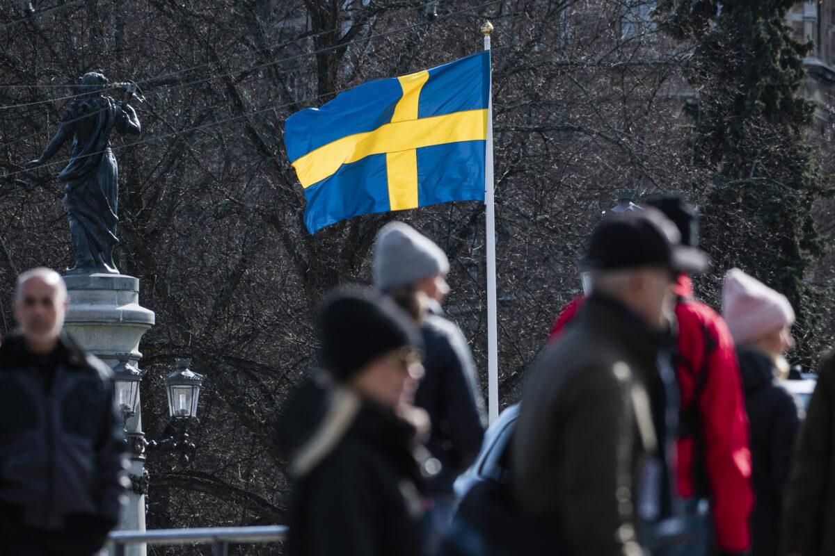 2020年4月4日,瑞典國旗在首都斯德哥爾摩飄揚。(Jonathan Nackstrand/AFP via Getty Images)