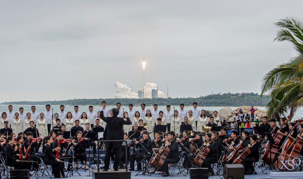 2021年4月29日,長征5B火箭在海南發射升空,附近岸邊同時組織了一個樂隊在表演。(STR/AFP via Getty Images)