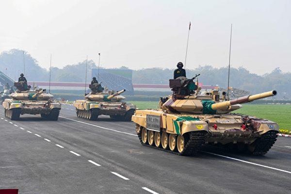 1月15日,在印度新德里舉行的第73個陸軍日慶祝儀式上,T-90坦克駛過。(Prakash Singh/AFP via Getty Images)
