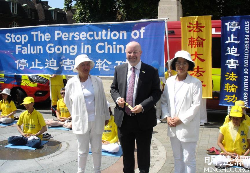 倫敦議會廣場反迫害 議員到場支持法輪功