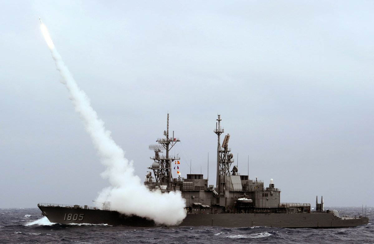 美國國防部的報道指出,中共的兩棲作戰能力不足,無法直接攻擊台灣。圖為2013年9月26日,台灣一艘驅逐艦在演習時發射導彈。(SAM YEH/AFP/Getty Images)