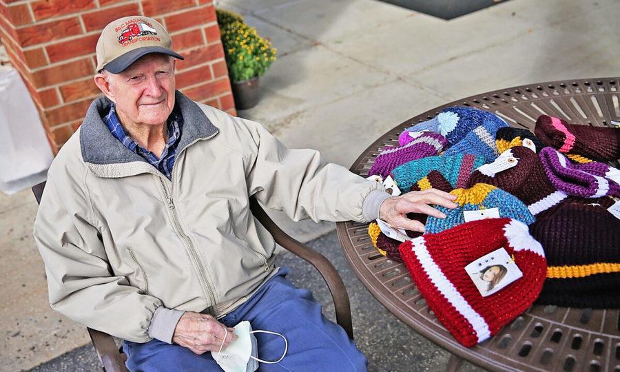 【愛心傳承】96歲二戰老兵為救世軍編織數百頂帽子