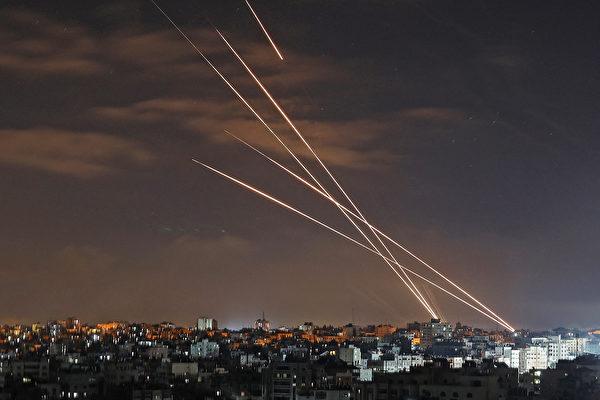 2021年5月16日,哈馬斯從其控制的加沙城向以色列發射火箭彈。(MOHAMMED ABED/AFP via Getty Images)