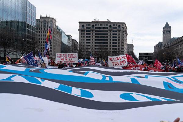 12月12日,數十萬來自美國各州的民眾聚集首都華盛頓DC,舉行盛大集會和遊行,要求「停止竊選(Stop The Steal)」,力挺特朗普總統。圖為支持者在自由廣場舉行集會。(石青雲/大紀元)