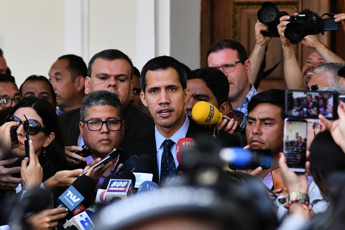 圖為1月29日,委內瑞拉國民議會議長、自行宣佈為「臨時總統」的胡安‧瓜伊多在抵達加拉加斯國民議會後與記者交談。( YURI CORTEZ/AFP/Getty Images)