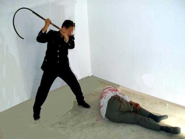 中共酷刑示意圖:抽打。(明慧網)