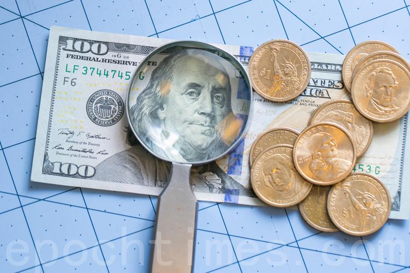 百元美鈔及硬幣。(Benjamin Chasteen/大紀元)