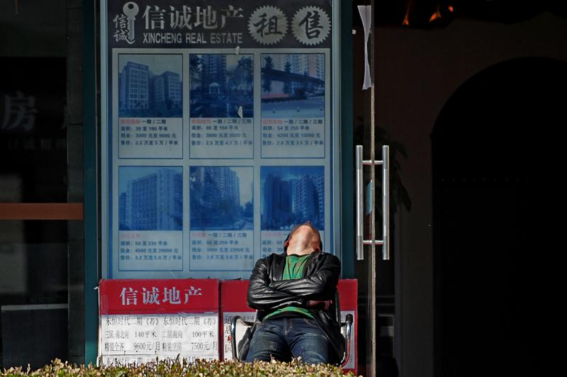 圖為北京一房產中介。(WANG ZHAO/AFP/Getty Images)