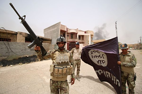 ISIS頭目尼瑪(Shifa al-Nima)在伊拉克摩蘇爾被捕。圖為2016年6月19日,伊拉克政府軍在進攻費盧傑(Fallujah)附近地區時手持一面ISIS的旗幟。(HAIDAR MOHAMMED ALI/AFP via Getty Images)