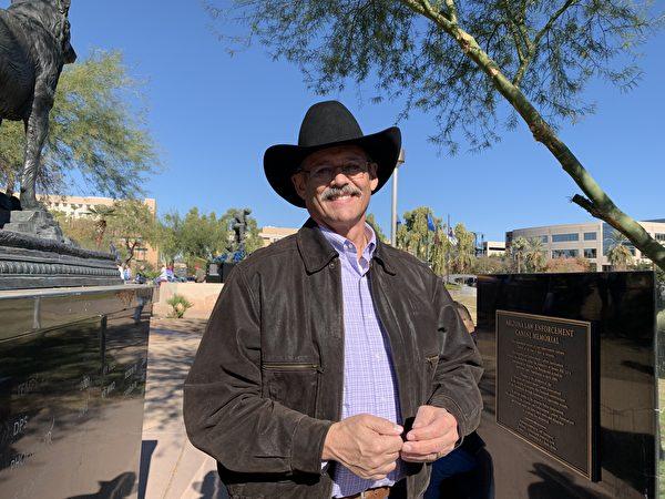 亞利桑那州眾議員馬克·芬凱姆(Mark Finchem)12月19日參加了在亞利桑那州鳳凰城舉行的「制止竊選、支持特朗普總統」的集會活動。(姜琳達/大紀元)