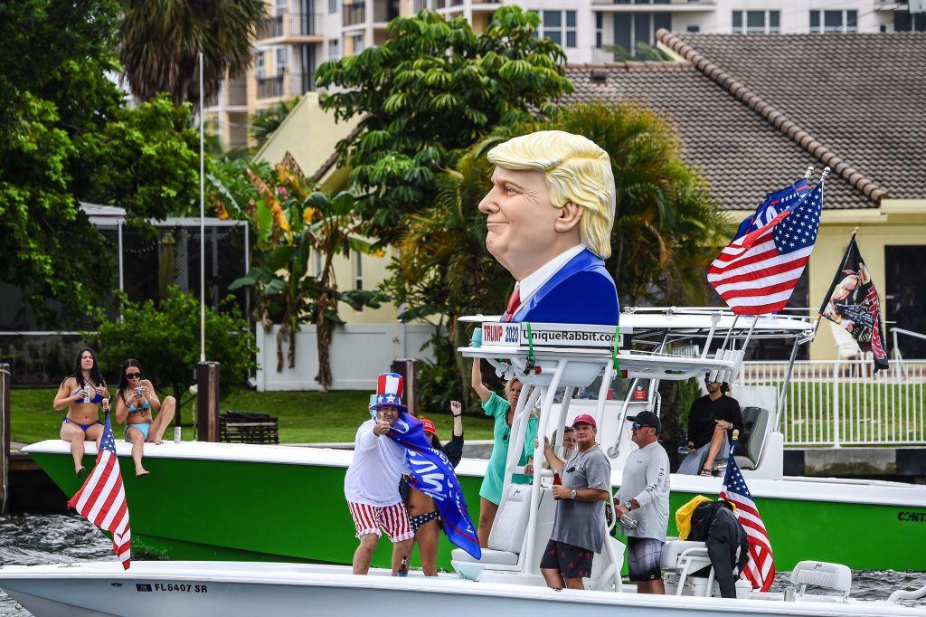2020年10月3日,美國總統特朗普的支持者參加了在佛羅里達州勞德代爾堡舉行的遊艇集會。 (CHANDAN KHANNA / AFP via Getty Images)