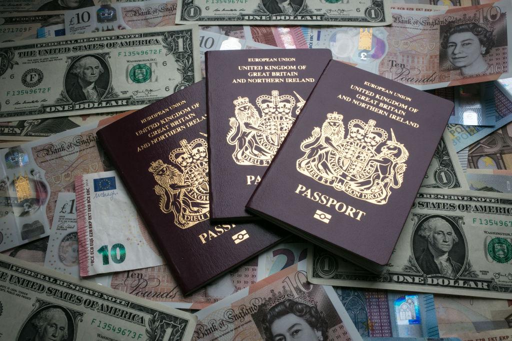 英國國民海外護照允許持有人在英國逗留六個月,但沒有在英國長期居住或工作的權利。圖為英國護照。(Matt Cardy/Getty Images)