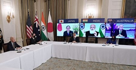 2021年3月12日,拜登總統(左)與國務卿布林肯(Antony Blinken,左二)在華盛頓白宮國家餐廳與澳洲、印度、日本和美國的「四方安全對話(Quad)」聯盟成員進行了在線會晤。(Olivier Douliery/AFP via Getty Images)