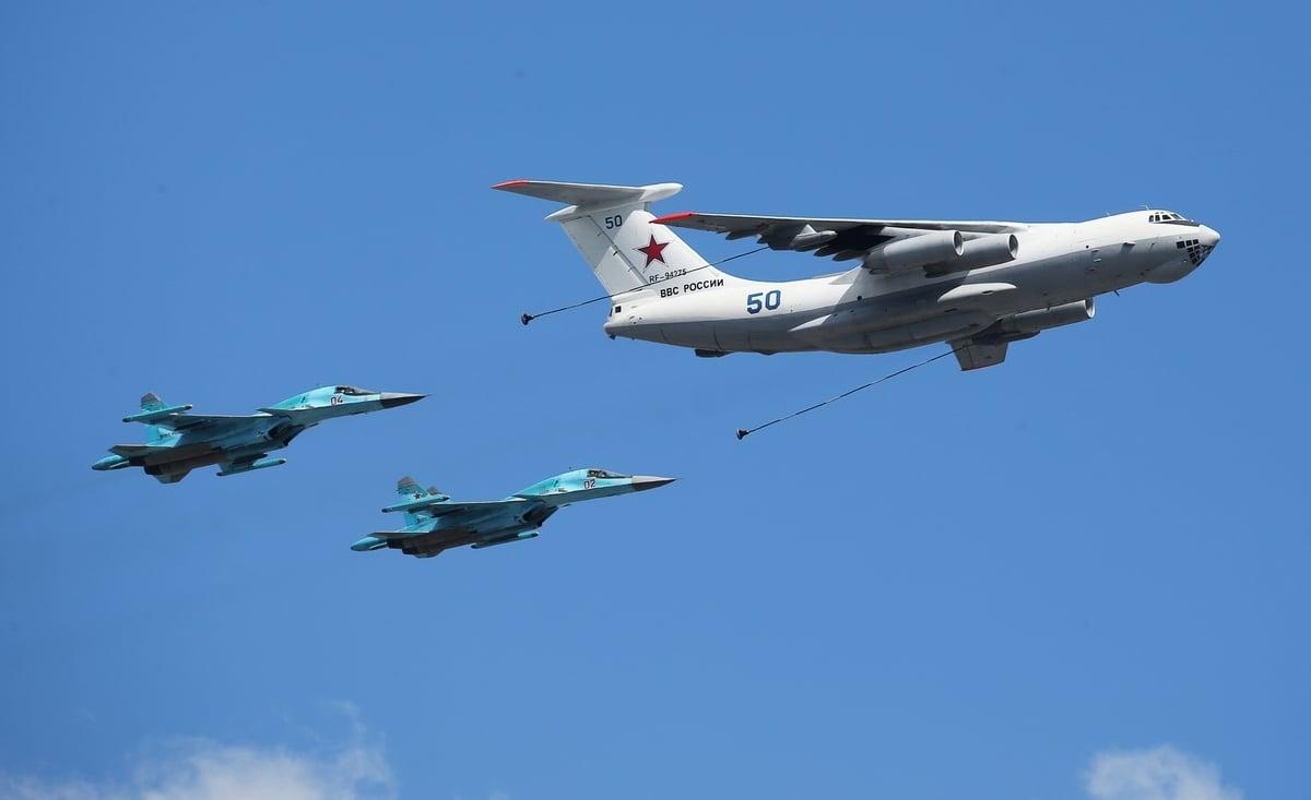 俄羅斯軍事專家表示,該國空軍有空中加油的問題。圖為2015年5月5日,俄羅斯一架伊爾-78空中加油機和兩架戰機在閱兵式預演時飛行在莫斯科上空。(RIA Novosti via Getty Images)