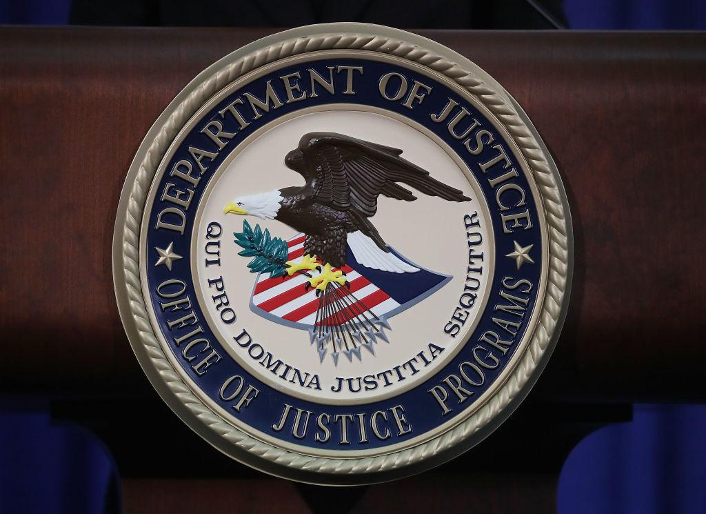 2018年,美國司法部啟動「中國倡議」工作組,加強調查和起訴涉及中共的間諜指控案,並打擊中共黑客行為以及緊盯中共海外人才計劃,以及反制中共滲透、中企收購帶來的國安風險。圖為美國司法部標誌。(Mark Wilson/Getty Images)