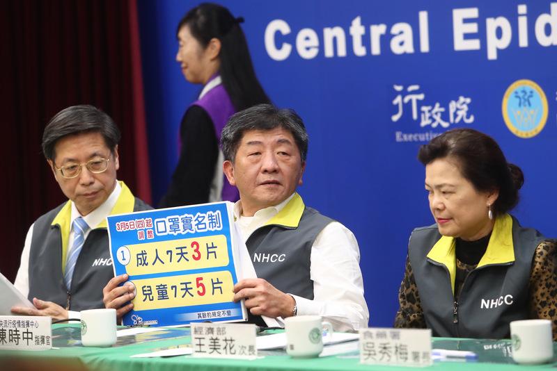 台灣中央流行疫情指揮中心3月2日下午舉行記者會,圖左為專家小組召集人張上淳,圖中為指揮官、衛福部長陳時中。(中央社)
