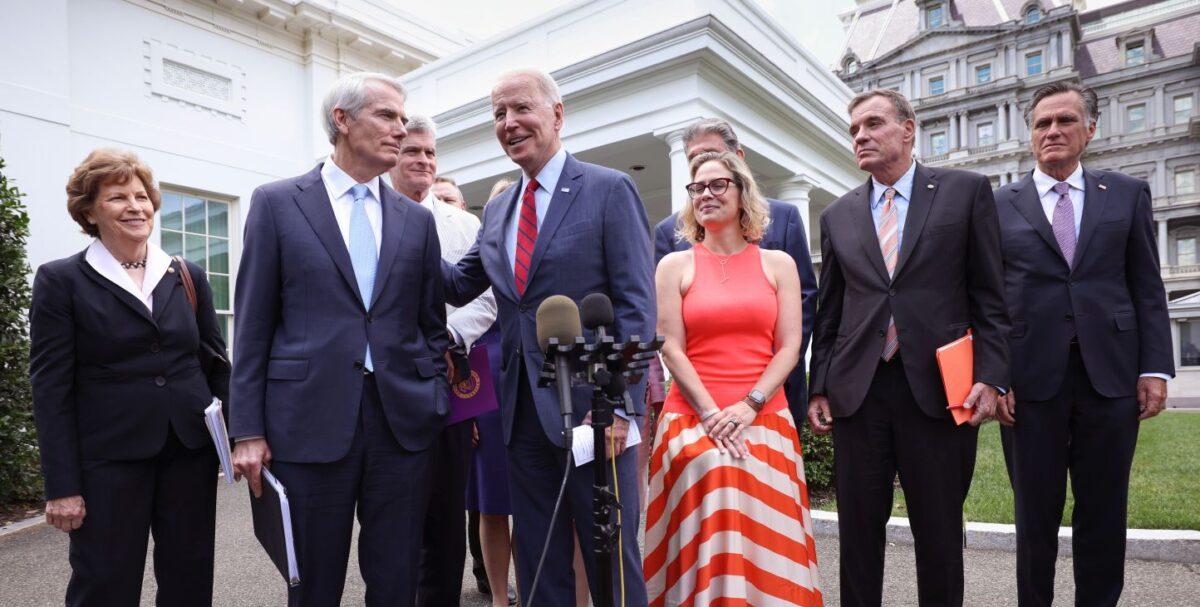 2021年6月24日,拜登總統與兩黨參議員在白宮外。(Kevin Dietsch/Getty Images)