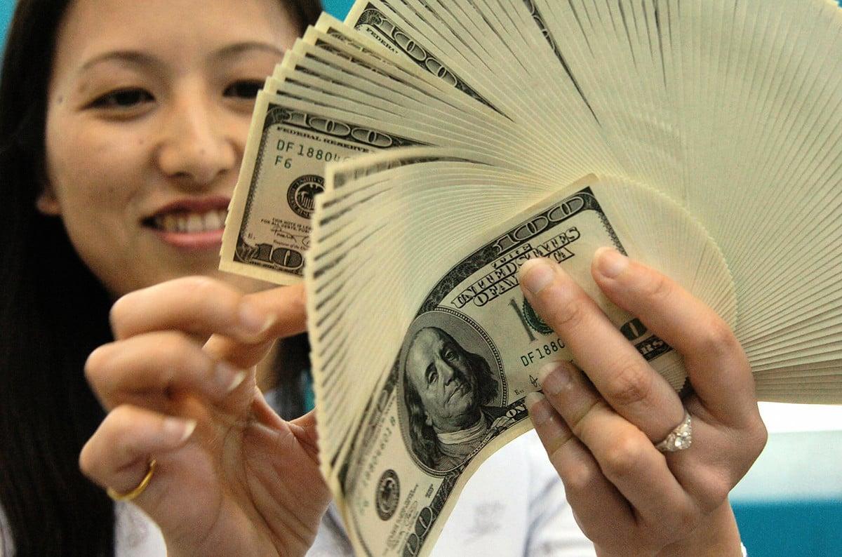 在中共病毒疫情沒有緩和跡象的情況下,美元仍是投資者青睞的避險貨幣。(SAM YEH/AFP via Getty Images)