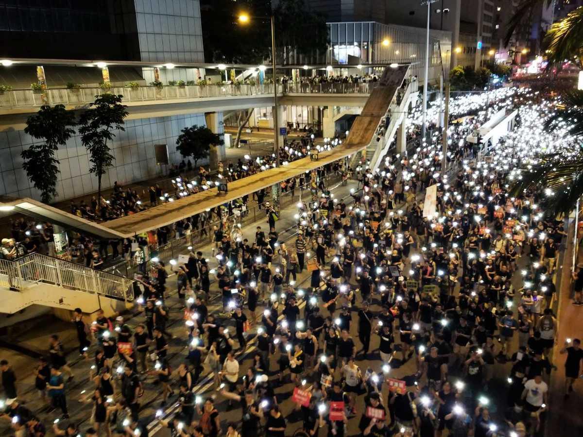 港府不回應訴求,55萬港人七一上街大遊行,民眾打開手機燈光鼓舞士氣。(宋碧龍/大紀元)