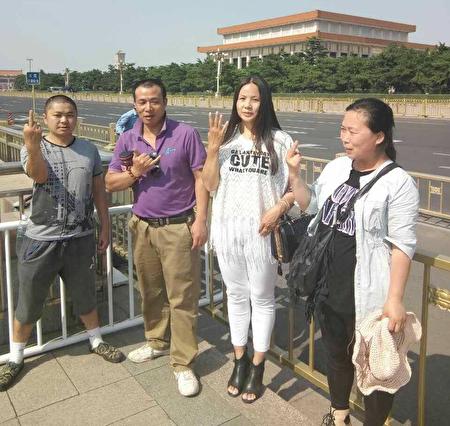 2020年5月,上海訪民胡建國(左二) 因兩會被穩控,目前被軟禁家中近半個月。(大紀元圖片)