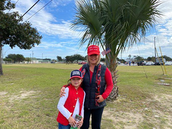 前來參加集會的當地民眾麗貝卡(Rebecca)與女兒。(李桂秀/大紀元)